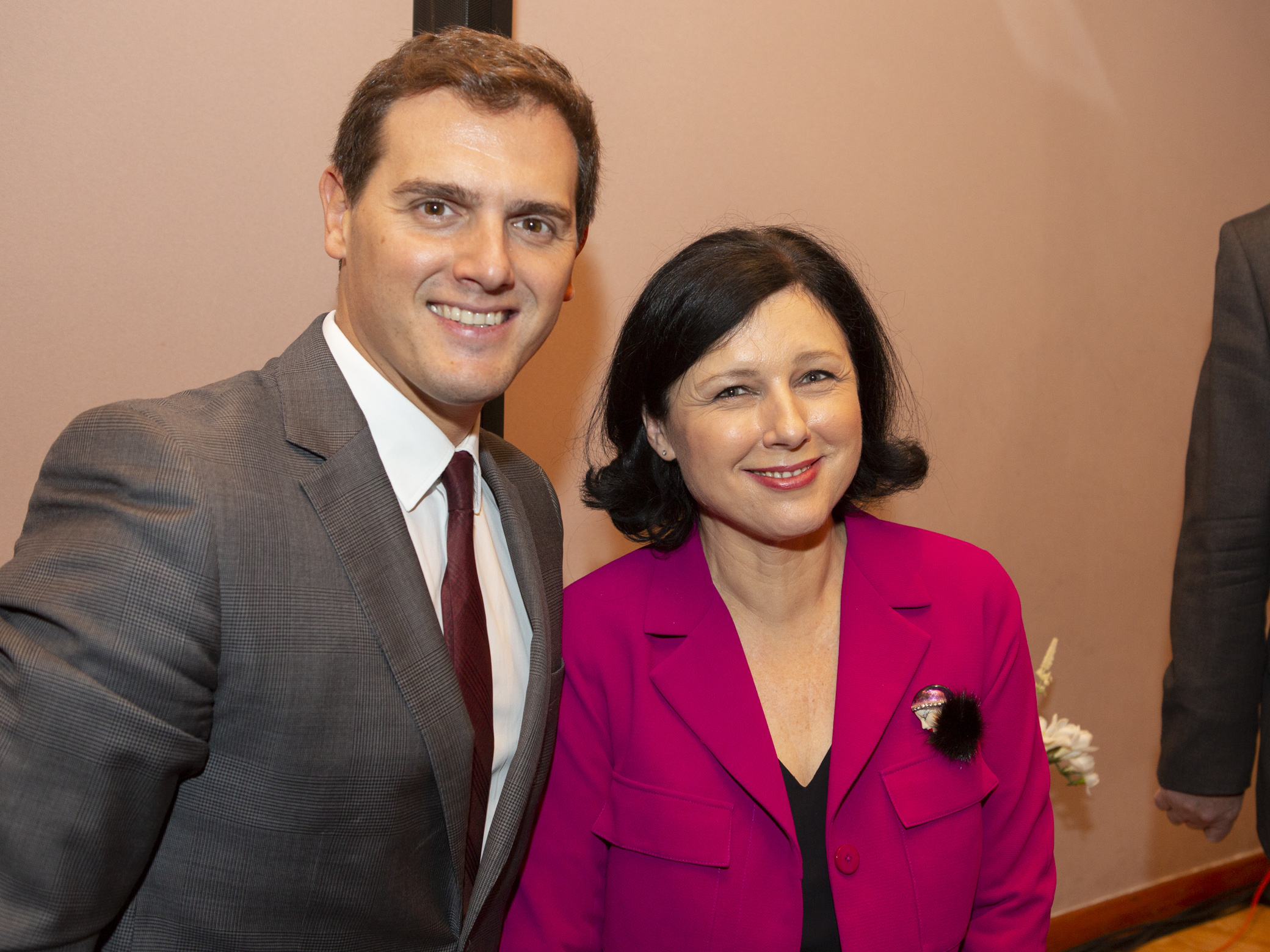 Albert Rivera y Věra Jourová posan tras el debate