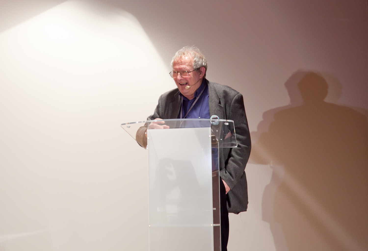 Adam Michnik durante su conferencia